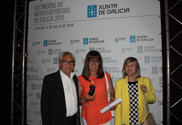 Emilia, flanqueada por el presidente José Antonio Álvarez y por Julia Gasca