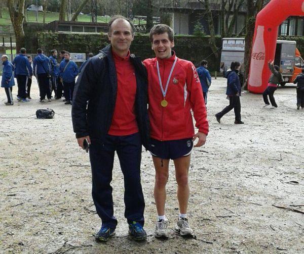 Alejandro Montero con su entrenador, Alfredo González.